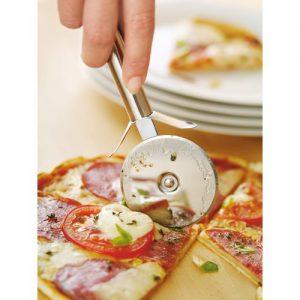Pizza schneiden mit dem Pizzaschneider
