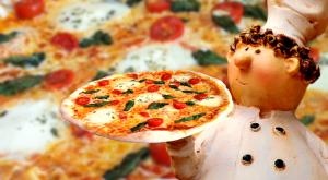 Pizzaofengenuss vom süßen italienischen Pizzabäcker